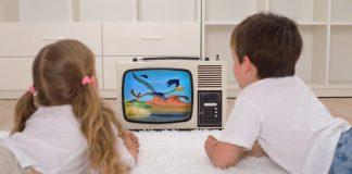 crianças assistem