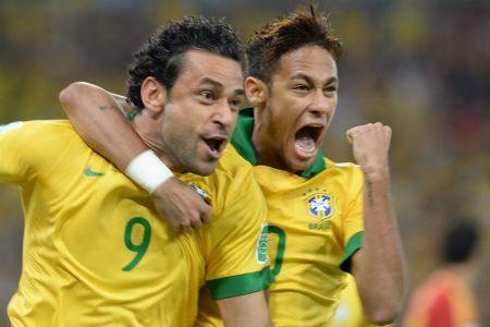 Neymar e Fred comemoram primeiro gol do Brasil, logo no início da partida